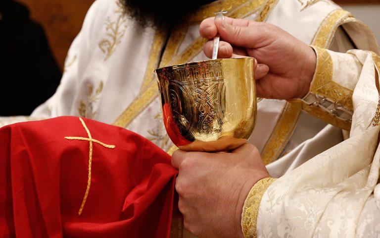 Ιερά Σύνοδος: Ο κορωνοϊός δεν μεταδίδεται με τη Θεία Κοινωνία