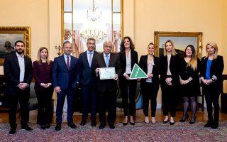 to-junior-achievement-greece-apeneime-timitiki-plaketa-ston-proedro-tis-dimokratias-prokopi-paylopoylo0