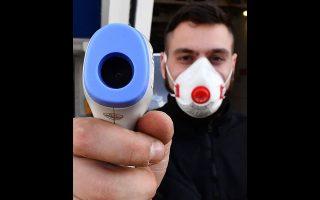Ιταλός νοσηλευτής δοκιμάζει το ψηφιακό θερμόμετρο στη Γένοβα.