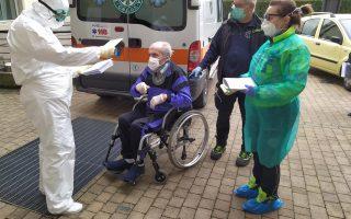 Φωτ. αρχείου: Ιαθείς ηλικιωμένος αθενής μπαίνει σε καραντίνα παρακολούθησης σε νοσοκομείο του Μπέργκαμο
