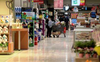 Πολίτες και εργαζόμενοι σε σούπερ μάρκετ  στο Ελληνικό, μετά από τα νέα μέτρα που έλαβε η κυβέρνηση για τον περιορισμό της εξάπλωσης του κορονοϊού, Τρίτη 17 Μαρτίου 2020. ΑΠΕ-ΜΠΕ/ΑΠΕ-ΜΠΕ/Παντελής Σαίτας