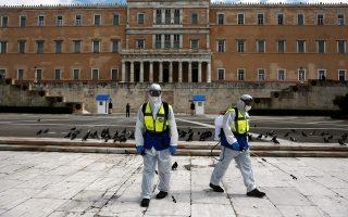Υπάλληλοι, φορώντας προστατευτικές στολές και μάσκες, απολυμάνουν τον χώρο μπροστά από το μνημείο του Αγνώστου Στρατιώτη, Αθήνα Τρίτη 24 Μαρτίου 2020, ως μέτρο πρόληψης για την αποφυγή διασποράς του κορονοϊού. ΑΠΕ-ΜΠΕ/ΑΠΕ-ΜΠΕ/ΓΙΑΝΝΗΣ ΚΟΛΕΣΙΔΗΣ
