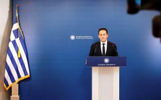 Ο υφυπουργός παρά τω πρωθυπουργώ και κυβερνητικός εκπρόσωπος Στέλιος Πέτσας μιλά κατά τη διάρκεια ενημέρωσης των πολιτικών συντακτών στην Γενική Γραμματεία Τύπου, Αθήνα, Δευτέρα 30 Μαρτίου 2020.  ΑΠΕ-ΜΠΕ/ΑΠΕ-ΜΠΕ/ΚΩΣΤΑΣ ΤΣΙΡΩΝΗΣ