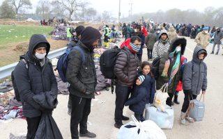 Μετανάστες και πρόσφυγες αποχωρούν από τα σύνορα της Τουρκίας με την Ελλάδα, στο Εντίρνε, για να μπουν σε καραντίνα για τον κορονοϊό