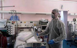 Παραδόθηκαν στο Γενικό Νοσοκομείο Νοσημάτων Θώρακος Αθηνών «Η Σωτηρία», 19 καινούριοι αναπνευστήρες υψηλής τεχνολογίας, που θα εξοπλίσουν άμεσα αντίστοιχες νέες κλίνες στις Μονάδες Εντατικής Θεραπείας του νοσοκομείου, και πιο συγκεκριμένα στη ΜΕΘ του Κέντρου Αναπνευστικής Ανεπάρκειας και στη ΜΕΘ της Πανεπιστημιακής Πνευμονολογικής Κλινικής, την Τρίτη 17 Μαρτίου 2020. Οι αναπνευστήρες που παραδόθηκαν είναι το πρώτο μέρος της δωρεάς της εταιρείας «Παπαστράτος». Τις επόμενες ημέρες θα παραδοθούν στο Υπουργείο Υγείας άλλοι 31, ανεβάζοντας το συνολικό αριθμό της δωρεάς της «Παπαστράτος», σε 50 καινούριους αναπνευστήρες υψηλής τεχνολογίας για Μονάδες Εντατικής Θεραπείας. ΑΠΕ ΜΠΕ/ΥΠΟΥΡΓΕΙΟ ΥΓΕΙΑΣ/SOTIRIS KYPRAIOS