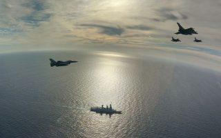 Ελληνικά μαχητικά F-16 επιχειρούν με αεροσκάφη Ραφάλ του γαλλικού αεροπλανοφόρου «Σαρλ ντε Γκωλ» στη διάρκεια άσκησης συνεκπαίδευσης που έγινε στις 27 Φεβρουαρίου στα νότια της Κρήτης.