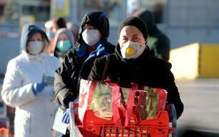 Πολίτες περιμένουν στην ουρά έξω από σούπερ μάρκετ πριν ανοίξει στο Ελληνικό, μετά από τα νέα μέτρα που έλαβε η κυβέρνηση για τον περιορισμό της εξάπλωσης του κορονοϊού, Τρίτη 17 Μαρτίου 2020. ΑΠΕ-ΜΠΕ/ΑΠΕ-ΜΠΕ/Παντελής Σαίτας