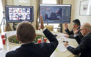 Μέλη της επιτροπής της δημοτικής αρχής της πόλης Λβιβ στην Ουκρανία συνεδριάζουν μέσω τηλεδιάσκεψης.