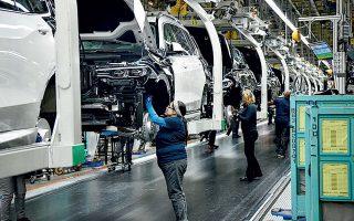 Πολλές ευρωπαϊκές αυτοκινητοβιομηχανίες, μεταξύ αυτών η Volkswagen, η Renault, η Fiat Chrysler και ο γαλλικός όμιλος PSA, που περιλαμβάνει τις μάρκες Peugeot, Citroen και Opel, έχουν αναστείλει τη λειτουργία των εργοστασίων τους, καθώς και των καταστημάτων πώλησης.