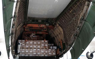 Με ειδικά ναυλωμένη πτήση έφθασαν χθες στην Ελλάδα 80 τόνοι υγειονομικού υλικού από την Κίνα, παραγγελία του ελληνικού Δημοσίου.