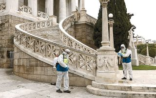 Aπολύμανση από συνεργείο του Δήμου Αθηναίων στην Εθνική Βιβλιοθήκη.