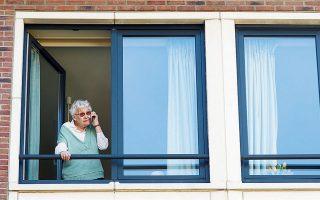 Τη χαμένη του τιμή ανακτά το παραδοσιακό τηλεφώνημα στην εποχή του κορωνοϊού. Η αμερικανική εταιρεία τηλεπικοινωνιών Verizon ανακοίνωσε ότι διαχειρίζεται ημερησίως διπλάσιο αριθμό τηλεφωνημάτων από όσα σε μια τυπική Ημέρα της Μητέρας, καθώς η καραντίνα έχει πυροδοτήσει ξανά την ανάγκη των ανθρώπων να παραμείνουν συνδεδεμένοι φωνητικά.