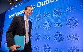 Ο καθηγητής Οικονομικών στο Πανεπιστήμιο Μπέρκλεϊ της Καλιφόρνιας, Μορίς Ομπστφελντ, έχει διατελέσει σύμβουλος του τ. προέδρου των ΗΠΑ Μπαράκ Ομπάμα και μέχρι πρότινος ήταν ο επικεφαλής οικονομολόγος στο ΔΝΤ. Σήμερα ανήκει σε εκείνους που θεωρούν ότι η εγκατάλειψη των περιοριστικών μέτρων στο όνομα της οικονομίας τελικά θα έπληττε την οικονομία περισσότερο απ' ό,τι η ίδια η καραντίνα, δεδομένου ότι η αγορά δεν θα επιστρέψει πλήρως στην κανονικότητα εάν δεν τεθεί το συντομότερο δυνατόν υπό έλεγχο ο ιός. EPA / STEPHEN JAFFE