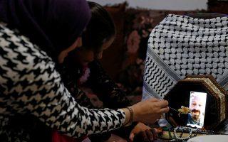 Στην μπιζουτιέρα. Απομόνωση για την Παλαιστίνια νοσοκόμα Reem Abu Ayyash που γιορτάζει το Ραμαζάνι μόνο μαζί με την κόρη της. Ο άνδρας της μένει αλλού για να τον προστατεύσει εξαιτίας του κορωνοϊού, όμως γεύμα του ετοίμασε. Και για την βιντεοκλήση, έβαλε το κινητό της μέσα στα κοσμήματα και έδειξε στον καλό της όλα όσα ετοίμασε για το ιφτάρ. REUTERS/Mussa Qawasma