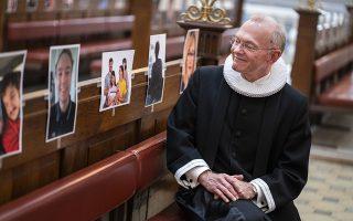 Οι πιστοί. Υπάρχουν τρόποι και ας είναι κλειστές οι εκκλησίες αυτό το Πάσχα. Η προσευχή έχει την ίδια δύναμη παντού αλλά ο Anders Gadegaard ιερέας της Vor Frue Kirke στην Κοπενχάγη ήθελε να βλέπει το ποίμνιό του. Ετσι τα στασίδια γέμισαν φωτογραφίες των πιστών και η λειτουργία τελέστηκε κανονικά τις άγιες αυτές ημέρες.   EPA/Martin Sylvest