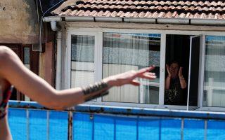 Μια ζωή την έχουμε. Νταλκάδες στα μπαλκόνια με τσιφτετέλια. Που αλλού παρά στην Κωνσταντινούπολη, όπου συγκρότημα με χορεύτρια της κοιλιάς έδωσε ζωντανή συναυλία με την κυρία από απέναντι με το τσιγάρο στο στόμα, να χτυπά παλαμάκια στον ρυθμό. REUTERS/Umit Bektas