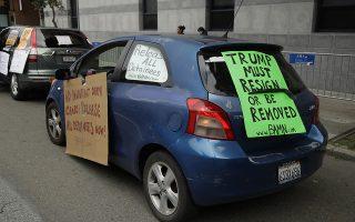 Νομοταγείς διαδηλωτές. Μια διαμαρτυρία θέλησαν να κάνουν ακτιβιστές έξω από το γραφείο μετανάστευσης της Καλιφόρνια. Σκοπός τους να ζητήσουν από τον κυβερνήτη Newsom την απελευθέρωση όλων των προσφύγων και φυσικά με τα νέα μέτρα εξαιτίας της πανδημίας του κορωνοϊού που απαγορεύει την συγκέντρωση ανθρώπων, η διαδήλωση έγινε με αυτοκίνητα. (AP Photo/Ben Margot)