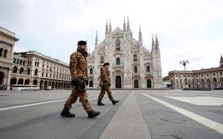 Σύμφωνα με μελέτη του κ. Σιέττου, η Day Zero, η μέρα κατά την οποία ξέσπασε η επιδημία στην Ιταλία, πιθανότατα ήταν η 15η Ιανουαρίου. Πολύ νωρίτερα, δηλαδή, από τις 21 Φεβρουαρίου, οπότε ανακοινώθηκε το πρώτο επίσημο κρούσμα (στη φωτ. η ερημωμένη πλατεία Ντουόμο στο Μιλάνο). A.P. / Antonio Calanni