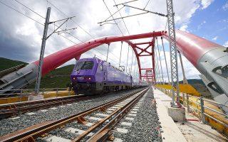 Το πρώτο ηλεκτροκίνητο τρένο express, που δρομολογήθηκε στη γραμμή Αθήνα - Θεσσαλονίκη πέρυσι, περνάει τη σιδηροδρομική γέφυρα ΣΓ26 στην περιοχή της Εκκάρας Δομοκού. Το συγκεκριμένο διανύει την απόσταση σε τέσσερις ώρες. ΑΠΕ-ΜΠΕ / ΧΑΡΗΣ ΑΚΡΙΒΙΑΔΗΣ