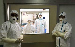 Με εξοπλισμό σαν και αυτόν που φοράει το προσωπικό του «Αττικόν» στη φωτογραφία εισέρχονταν νοσηλευτές και γιατροί στο δωμάτιο της Ειρήνης Τζούρου. ΑΠΕ-ΜΠΕ / ΝΟΣΟΚΟΜΕΙΟ «ΑΤΤΙΚΟΝ»