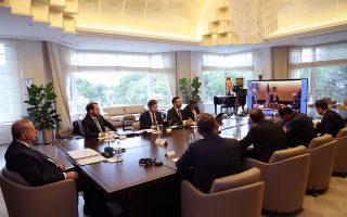 O Τούρκος πρόεδρος Ρετζέπ Ταγίπ Ερντογάν (αριστερά), με το επιτελείο του, συμμετέχει στην έκτακτη τηλεδιάσκεψη του G20, στις 26 Μαρτίου, για την πανδημία του κορωνοϊού. Aκριβώς ένα μήνα μετά, η χώρα του βρίσκεται σε δύσκολη θέση τόσο υγειονομικά όσο και οικονομικά. EPA / TURKISH PRESIDENT PRESS