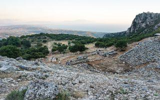Το αρχαίο θέατρο της Κασσώπης με απρόσκοπτη θέα στη χερσόνησο της Πρέβεζας, στον Αμβρακικό Κόλπο, στο Ιόνιο Πέλαγος, στη Λευκάδα και στα Ακαρνανικά Ορη.