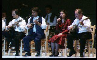 Στιγμιότυπα από το μουσικό ταξίδι στην ιστορία του ελληνικού τραγουδιού με τίτλο «...Και με φως και με θάνατον ακαταπαύστως», που πραγματοποιήθηκε στην αίθουσα «Χρήστος Λαμπράκης» του Μεγάρου Μουσικής τον Ιούνιο του 1994 και του 1995. Αυτό το Σάββατο προβάλλεται διαδικτυακά, στο πλαίσιο του κύκλου ψηφιακών μεταδόσεων «Μένουμε σπίτι - Βλέπουμε Μέγαρο».