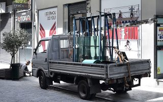 Σε εμπορικά καταστήματα, όπως αυτό στην οδό Ερμού, άρχισαν προετοιμασίες ενόψει της σταδιακής χαλάρωσης των περιοριστικών μέτρων μετά τις 4 Μαΐου. Τον οδικό χάρτη για την άρση τους αναμένεται να ανακοινώσει την ερχόμενη εβδομάδα ο πρωθυπουργός Κυριάκος Μητσοτάκης.