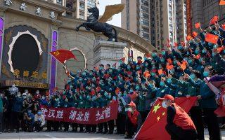 Tελετή, πριν από δύο εβδομάδες, προς τιμήν των τελευταίων υγειονομικών που απεσύρθησαν από την πόλη Γουχάν, αφού, σύμφωνα με τις κινεζικές αρχές, ο κορωνοϊός στην περιοχή έχει ελεγχθεί πλήρως. A.P. / NG HAN GUAN