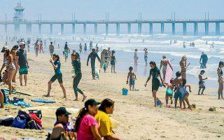 Κατάμεστες είναι τις τελευταίες ημέρες οι παραλίες στην Καλιφόρνια, αφού η θερμοκρασία ξεπέρασε τους 32 βαθμούς Κελσίου. Οι τοπικές αρχές εμφανίζονται προβληματισμένες, καθώς ελάχιστοι τηρούν τις απαραίτητες αποστάσεις που προβλέπονται λόγω κορωνοϊού. Την ίδια στιγμή, πολλές πολιτείες των ΗΠΑ αρχίζουν σταδιακά να αίρουν τα περιοριστικά μέτρα.