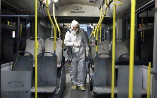 Τα 550 λεωφορεία και τρόλεϊ που κυκλοφορούν σήμερα θα αυξηθούν σε 1.000, ενώ η απολύμανση στις συγκοινωνίες θα συνεχιστεί.