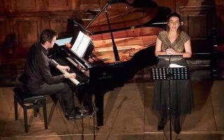 Φωνή γεμάτη χρώματα διαθέτει η Φανή Αντωνέλου. Εδώ, σε πρόσφατο ρεσιτάλ της με τον πιανίστα Απόστολο Παληό. Γιάννης Σούλης