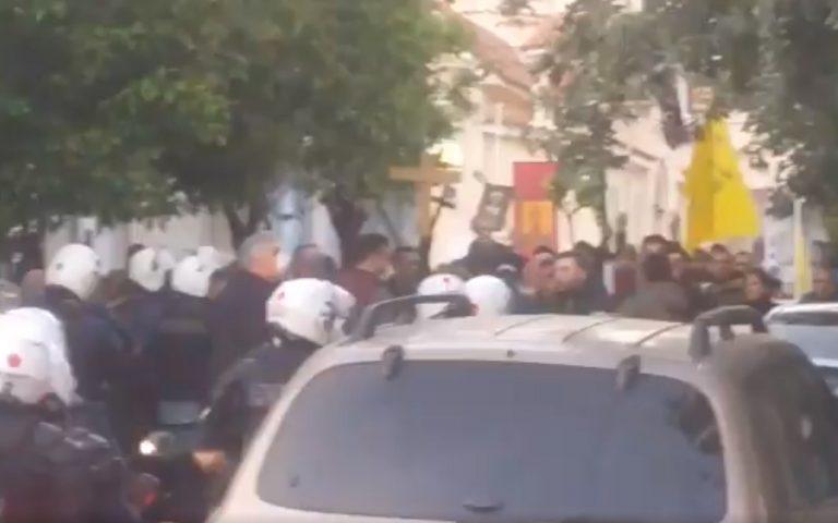 Δεκατρείς συλλήψεις έξω από εκκλησία στον Κορυδαλλό – Απαιτούσαν περιφορά Επιταφίου