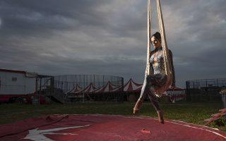 Μόνη. Συνεχίζει την προπόνηση η ακροβάτης Otilia Maria Martinez Dos Santos αν και πια έξω από την μεγάλη σκηνή που στέγαζε τα θεάματα. Επτά οικογένειες και 60 ζώα περιμένουν την λήξη της καραντίνας στα περίχωρα της Ρώμης στο τσίρκο Rony Roller ανησυχώντας για το μέλλον και βιώνοντας την πρωτόγνωρη αυτή μοναξιά. Οπως λέει και η  Otilia «μου λείπει το κοινό, η προετοιμασία, η αίσθηση του σόου. Το χειροκρότημα που γέμιζε την καρδιά μου με χαρά». AP Photo/Alessandra Tarantino)