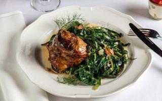 ston-gastronomo-ayti-tin-kyriaki-me-tin-k-paschalino-arnaki-stin-katsarola-kai-ston-foyrno0