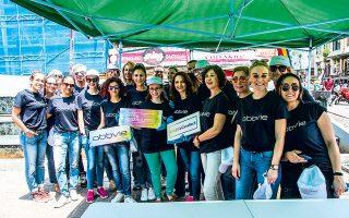 Εργαζόμενοι συμμετέχουν στο Κοινωνικό Μαγείρεμα 300 μερίδων φαγητού του δήμου Αθηναίων.