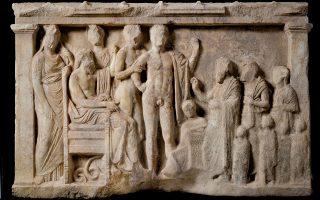 Το αναθηματικό ανάγλυφο στον Ασκληπιό, σε ένδειξη ευγνωμοσύνης προς τον θεό έπειτα από κάποια θεραπεία, βρέθηκε ακέραιο στο οικόπεδο Μακρυγιάννη.