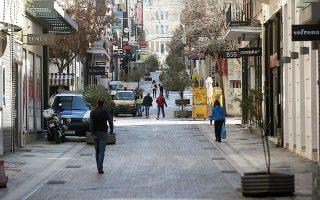 Από τις περίπου 150.000 λιανεμπορικές επιχειρήσεις που υπάρχουν στην Ελλάδα, υποχρεωτικά, βάσει δηλαδή των αποφάσεων της κυβέρνησης στο πλαίσιο των μέτρων προστασίας από τον κορωνοϊό, έχουν κατεβάσει ρολά περίπου 89.000.