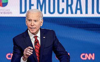 Ο Τζο Μπάιντεν πιέζεται από στελέχη των Δημοκρατικών και από υποστηρικτές του κόμματος να ασκήσει εντονότερη κριτική στον Αμερικανό πρόεδρο και στον τρόπο με τον οποίο διαχειρίζεται την κρίση. REUTERS / KEVIN LAMARQUE