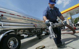 Η ζήτηση για αεροπορικά καύσιμα έχει σχεδόν μηδενιστεί, για βενζίνες έχει υποχωρήσει σχεδόν στο 80% και για πετρέλαιο κίνησης σε ποσοστό 35%-40%.