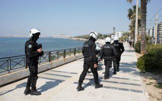 Αστυνομικοί της ομάδας ΔΙΑΣ πραγματοποιούν περιπολίες και ελέγχους στην παραλία του Φαλήρου κατά τη διάρκεια  περιορισμού της κυκλοφορίας για την ανάσχεση της διάδοσης του κορονοϊού, Αθήνα,  Κυριακή 12 Απριλίου 2020. ΑΠΕ-ΜΠΕ/ΑΠΕ-ΜΠΕ/ΚΩΣΤΑΣ ΤΣΙΡΩΝΗΣ