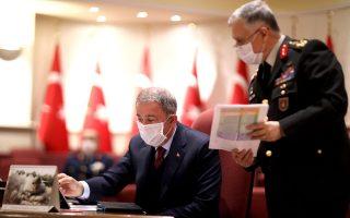 Ο Τούρκος υπουργός Εθνικής Αμυνας Χουλουσί Ακάρ (αριστερά) πρότεινε στον Ελληνα ομόλογό του Νίκο Παναγιωτόπουλο μορατόριουμ ασκήσεων για όσο καιρό διαρκούν τα μέτρα για τον κορωνοϊό. Ωστόσο, το μπαράζ υπερπτήσεων που ακολούθησε προβλημάτισε την Αθήνα για την ειλικρίνεια των τουρκικών προθέσεων.