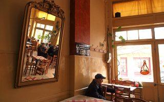 Το ιστορικό καφενείο «Διεθνές» στη Φλώρινα, στέκι του Θόδωρου Αγγελόπουλου κάποτε. Οι γηραιοί θαμώνες δυσκολεύονται να προσαρμοστούν στη νέα καθημερινότητα. (Φωτογραφία: ΟΛΓΑ ΧΑΡΑΜΗ)