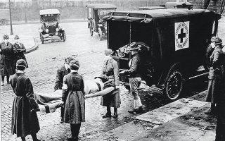 Οι κυρίες του μηχανοκίνητου παραρτήματος του Ερυθρού Σταυρού μεταφέρουν έναν τραυματία στο Σεντ Λούις, τον Οκτώβριο του 1918, μία από τις πόλεις που εφάρμοσαν πολύ αυστηρά μέτρα και είχαν σχετικά λίγα κρούσματα. © Getty Images / Ideal Image
