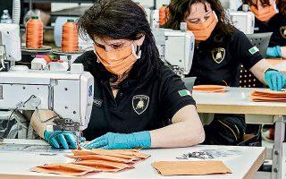Αντί να γαζώνουν δερμάτινα καλύμματα για υπεραυτοκίνητα, οι εργαζόμενοι της Lamborghini ράβουν ιατρικές μάσκες, που είναι απαραίτητες για την προστασία του προσωπικού στα ιταλικά νοσοκομεία. Και δεν είναι μόνο η Lamborghini. Η Armani, η Ferarri, η Rolls-Royce, η Airbus και πολλές άλλες βιομηχανίες κατασκευάζουν ιατρικό εξοπλισμό για την αντιμετώπιση της πανδημίας.