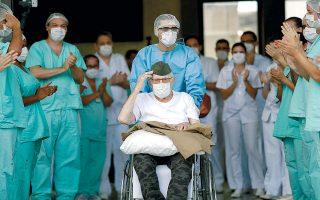 Ο 99χρονος Bραζιλιάνος, βετεράνος του Β΄ Παγκοσμίου Πολέμου, Αρμελίνο Πιβέτα, χαιρετάει στρατιωτικά καθώς παίρνει εξιτήριο από το νοσοκομείο των ενόπλων δυνάμεων στην Μπραζίλια. Πανηγύρισε το ρεκόρ λέγοντας ότι η νίκη του αυτή είναι μεγαλύτερη και από την επικράτηση στον πόλεμο.