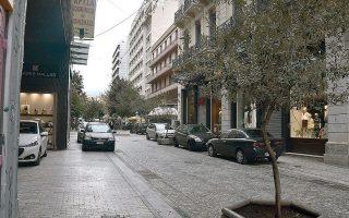 Επιστροφή στο παρελθόν. Η οδός Ερμού όπως δεν την έχουμε δει τουλάχιστον από το 1996, όταν έγινε πεζόδρομος: με αυτοκίνητα παρκαρισμένα δεξιά και αριστερά, όπως σε κάθε άλλο δρόμο της Αθήνας.
