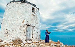 Ο παπα-Θοδωρής Αρσενικός, σύμβολο του νησιού, με το βιολί του.