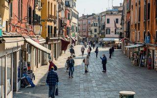 Η Βενετία χωρίς τουρίστες, μόνο με τους κατοίκους της – σαν να λέμε γυμνή, μόνο με το άρωμά της. Χθες, άνοιξαν και πάλι οι μικρές επιχειρήσεις και σταδιακά επιχειρείται η επιστροφή στην ομαλότητα.