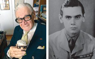 Στη βιβλιοθήκη του, κρατώντας ένα κουκλάκι που του μοιάζει. Νεανική φωτογραφία από την εποχή του Β΄ Παγκοσμίου Πολέμου.